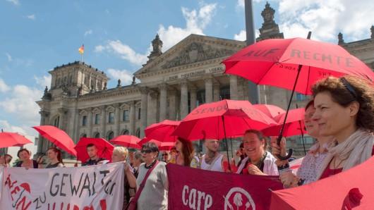 Menschen protestieren gegen das Prostituiertenschutzgesetz