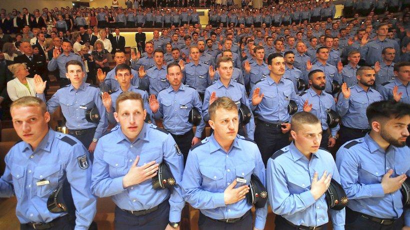 741 junge polizisten legen ihren eid in der philharmonie. Black Bedroom Furniture Sets. Home Design Ideas