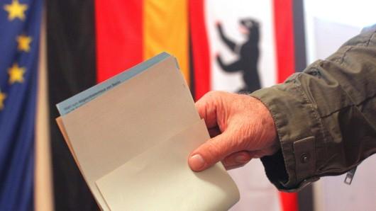 Ein Mann wirft in Berlin seine Stimme zur Wahl des Abgeordnetenhauses in eine Urne