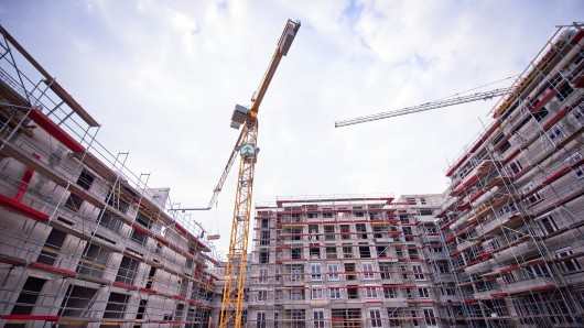 Die Baustelle eines Wohnungsneubaus