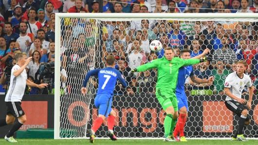 Antoine Griezmann schießt das 2:0 gegen Deutschland