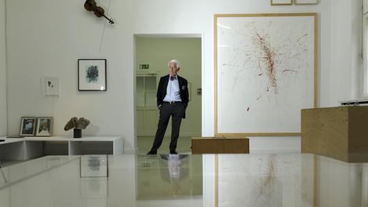 Peter Raue vor den Fotos seiner Sammlung