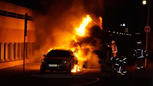 Nach der Demo in der Rigaer Straße brennen Autos in der kleinen Kurstraße in Mitte