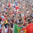 Fans schauen sich am 10.07.2016 in Berlin auf der Fanmeile am Brandenburger Tor das Endspiel der Fußball-Europameisterschaft an. Foto: Maurizio Gambarini/dpa +++(c) dpa - Bildfunk+++