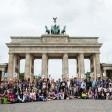 Teilnehmer der Deutscholympiade stehen zum Start der Veranstaltung vor dem Brandenburger Tor in Berlin. Für die Deutscholympiade des Goethe-Instituts sind 125 Jugendliche aus 64 Ländern bis zum Ende Juli in Berlin