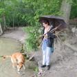 Regina Meyer ist mit ihrem Hund Alfons am Schlachtensee unterwegs