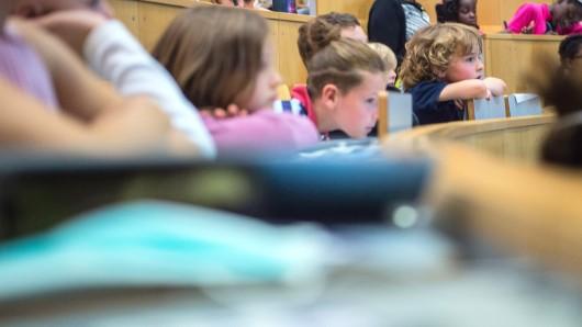 Neugierig hören die Kindern in einem Hörsaal der Kinderuniversität der Charité zu