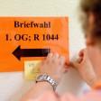 Ein Schild mit der Aufschrift Briefwahl im Bürgeramt Hohenzollerndamm