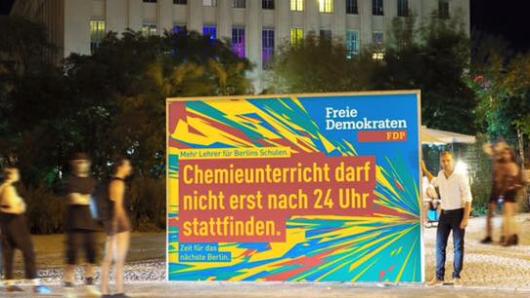 Auf Facebook veröffentlicht die FDP Berlin ein Foto von der Werbetafel, die am Sonntag vor Berghain aufgestellt wurde
