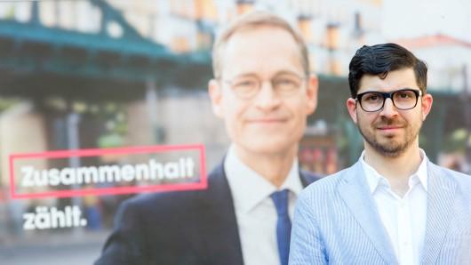 Der ehemalige Piratenpolitiker Christopher Lauer steht am 16.09. September vor einem Wahlplakat der SPD mit dem Regierenden Bürgermeister Müller. Lauer wird der SPD beitreten