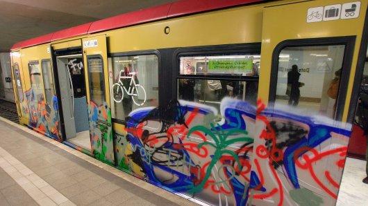 Ein mit Graffiti besprühte S-Bahn (Archivbild)