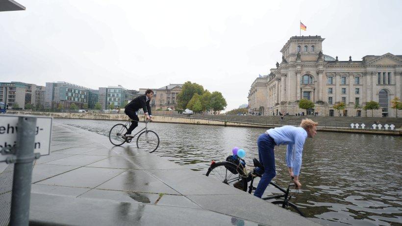 aktivisten gehen f r berliner radwege in der spree baden. Black Bedroom Furniture Sets. Home Design Ideas