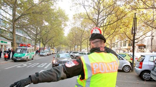 Ein Polizist winkt auf dem Kurfürstendamm einen Mercedes-Fahrer zur Kontrolle an den Straßenrand