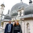 Architektin Katja Weise und Imam Amir Aziz arbeiten bei der Sanierung der Lahore-Ahmadiyya-Moschee Hand in Hand