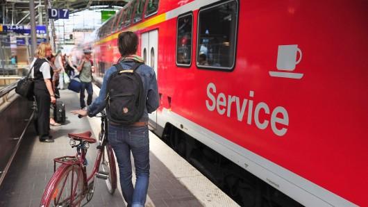 Eine junge Frau nimmt am Ostbahnhof ihr Fahrrad mit in den Regionalzug