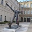 """Die Plastik """"Der Jahrhundertschritt"""" von Wolfgang Mattheuer steht im Hof des Palais Barberini"""