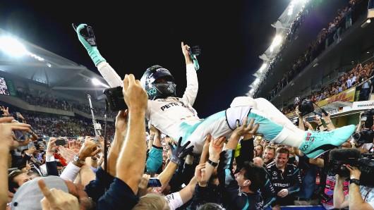 Nico Rosberg wird nach Erringen des Weltmeister-Titels auf Händen getragen
