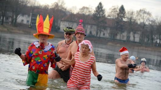 Mitglieder der Berliner Seehunde beim Neujahrsbad im Orankesee