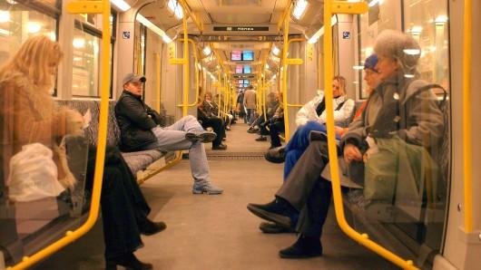 Fahrgäste in einer Berliner U-Bahn