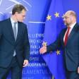 Hilfe von außen für die geschwächte Berliner SPD: Martin Schulz, damals noch EU-Parlamentspräsident, reicht Berlins Regierender Bürgermeister Michael Müller (l.) die Hand. Das Foto entstand 2015 in Brüssel