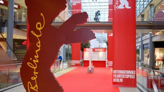Ein roter Teppich liegt in den Potsdamer Platz Arcaden in Berlin im Bereich des Berlinale-Kartenverkaufs