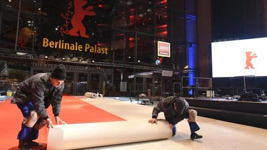 Arbeiter rollen am Dienstagabend den roten Teppich für Stars und Gäste des Festivals aus