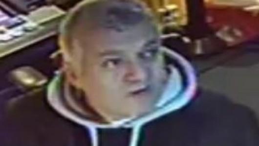 Die Polizei Berlin sucht nach diesem Mann. Gemeinsam mit zwei Komplizen soll er mehrere Spielautomaten manipuliert haben