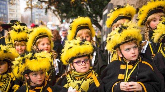 Junge Karnevalistinnen am 11.11.2016 während des traditionellen Rathaussturms der Berliner Karnevalsvereine in Tracht vor dem Rathaus Charlottenburg in Berlin (Archivfoto)