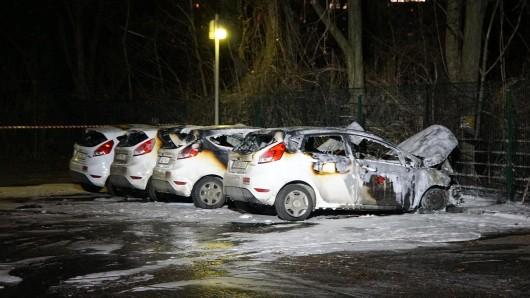 Opfer der Flammen: Die Fahrzeuge der Firma Securitas wurden am Dienstagabend in Brand gesetzt