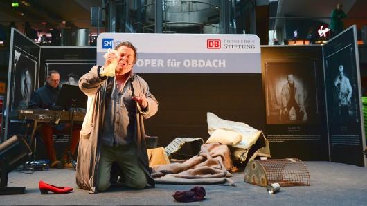 Christoph von Weitzel singt Schuberts Winterreise im Hauptbahnhof