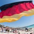 Eine Deutschlandflagge weht am  Strand von Arenal auf Mallorca. In Berlin ist es diesen Sonntag so heiß wie auf Mallorca (Archivbild)
