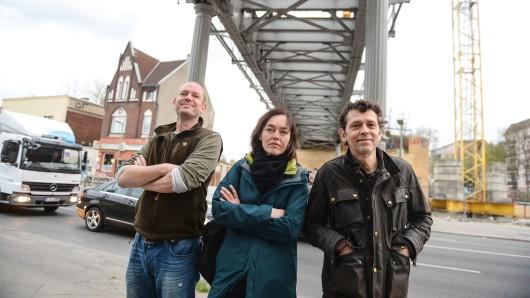 Helge Hedtge (l.) mit seinen Mitstreitern Anne und Michael unter der derzeit nicht nutzbaren Yorckbrücke Nr. 5