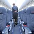 Eine Flugbegleiterin geht durch eine Boeing 737-800 der Air Berlin