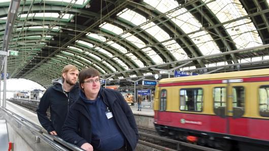 Sascha Sträßer und Wilhelm Nadolny (r.), hier im Ostbahnhof, kümmern sich um Obdachlose in den Zügen der S-Bahn