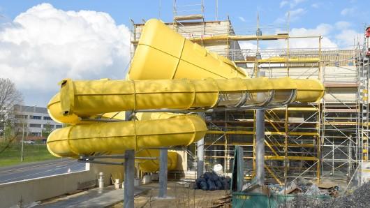Noch verpackt und eingerüstet: das neue Freizeitbad in Potsdam