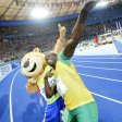 Usain Bolt aus Jamaika feiert am 20.08.2009 mit Maskottchen Berlino nach dem 200m-Finale bei der 12. IAAF Leichtathletik-Weltmeisterschaft. Er fände es schade, wenn die Laufbahn herausgerissen würde