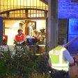 Rettungskräfte bringen die verunglückte Frau mit einer Trage zum Rettungswagen
