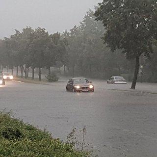 Land unter nach dem Starkregen am Nachmittag in der Landsberger Allee in Marzahn