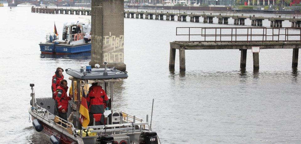 Die Einsatzkräfte der Feuerwehr konnten den leblosen Mann bergen und wieder ans Ufer bringen. Ein Notarzt konnte aber nur noch seinen Tod feststellen