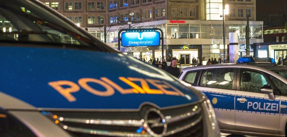 Polizeiwagen stehen in Berlin während eines Einsatzes auf dem Alexanderplatz