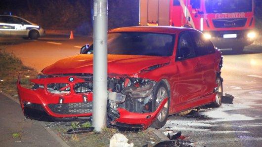 Auf der Gutschmidtstrasse in Britz wollte der Fahrer eines VW Passats einem Fuchs ausweichen, prallte gegen einen geparkten BMW und schob diesen gegen eine Laterne