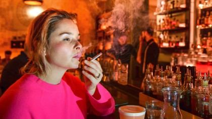 """Sie kann es nicht lassen: Reporterin Sarah Borufka raucht in der Kreuzberger Bar """"Limonadier"""""""