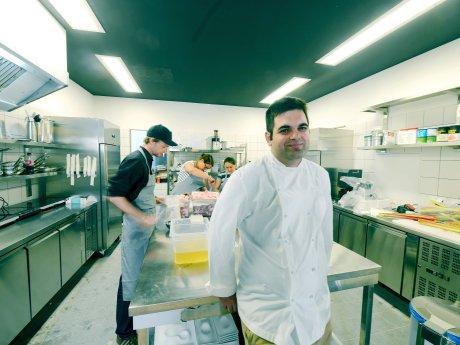 """Gal Ben-Moshe in der Küche des Restaurants """"Glass"""""""