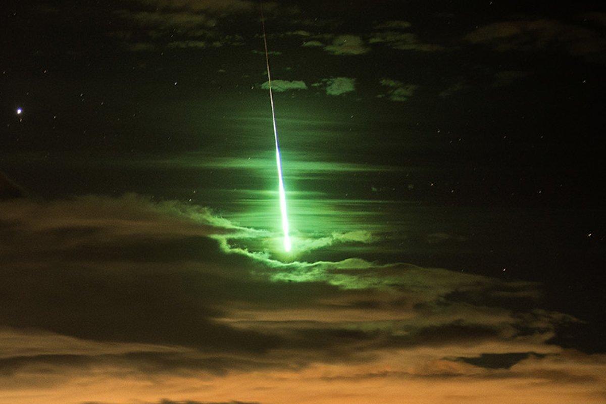 Meteor in Berlin: Feuerkugel zieht grell-grün über Nachthimmel