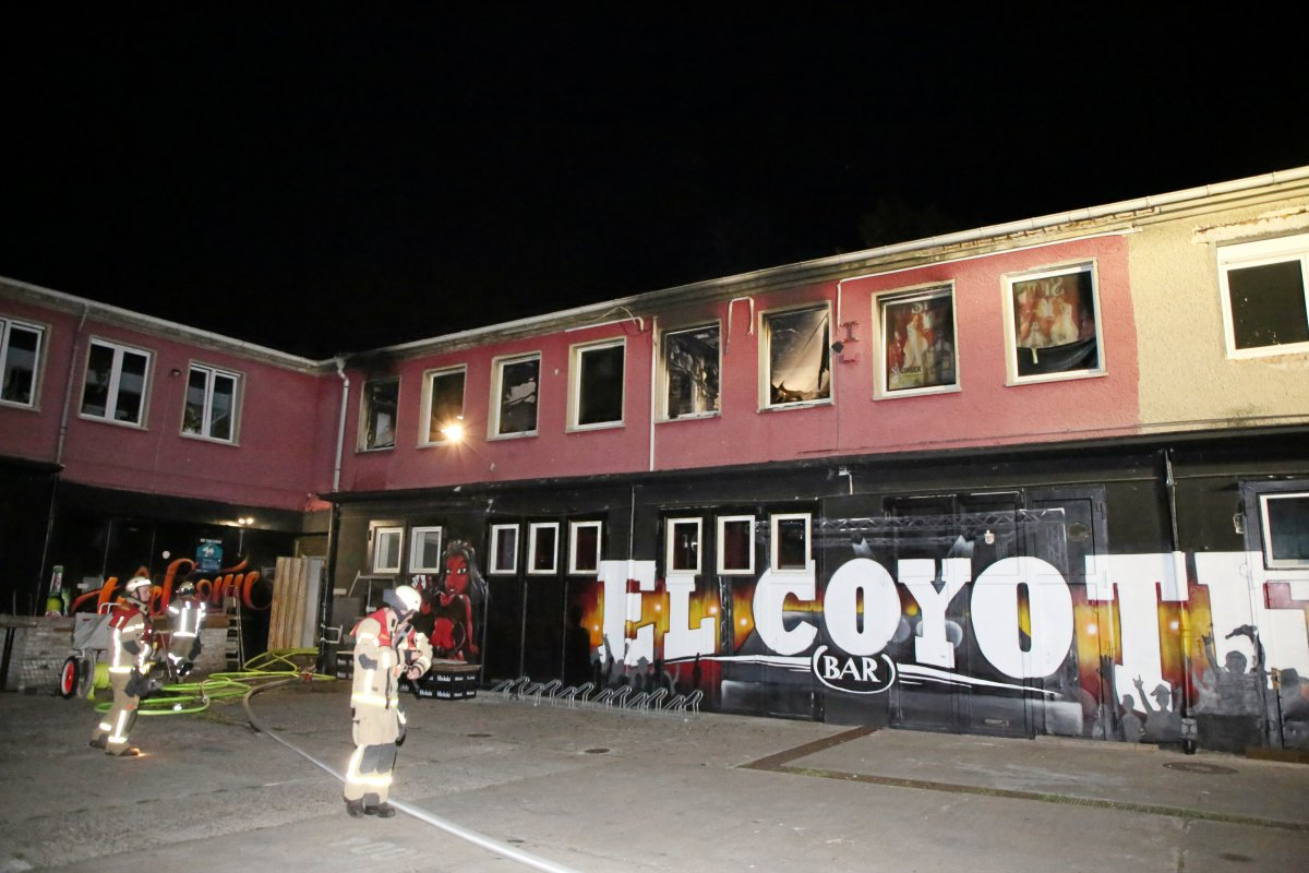 Feuer in Club durch Brandsätze ausgelöst
