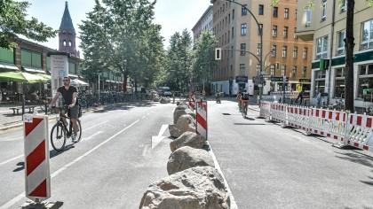 Die Findlinge auf dem Sackgassen-Teil der Bergmannstraße sorgen für Kritik.