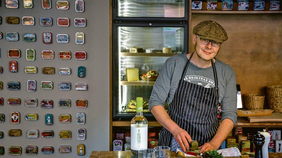 """Mehr als 80 unterschiedliche Dosen bietet Thomas Vetter in seiner """"Sardinen.bar"""" an. Den Fisch serviert er mit frischem Brot und Salat."""