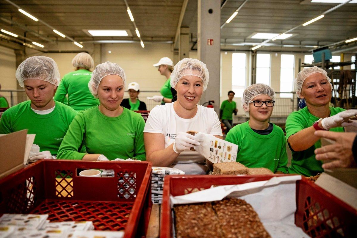 Giffey packt Brotboxen für Schulanfänger in Berlin