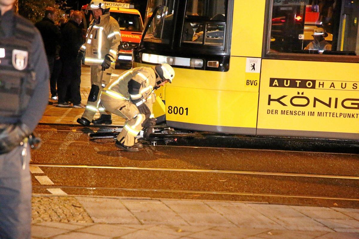 BVG: Radfahrer unter Tram eingeklemmt