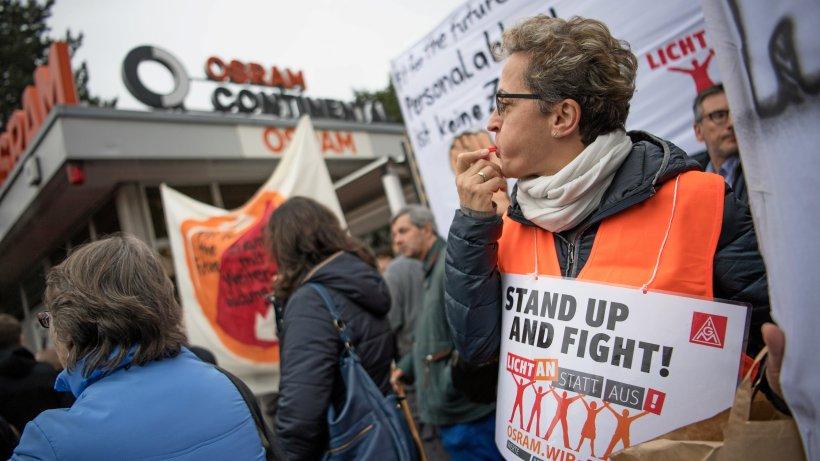 Osram-Mitarbeiter protestieren gegen den Stellenabbau - Berliner Morgenpost